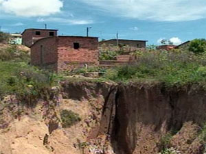 Cratera preocupa moradores em Garanhuns - Crédito: Foto: Reprodução/TV Globo