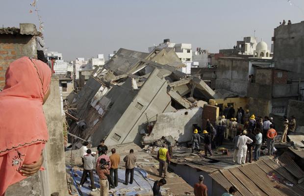 Bombeiros procuram sobreviventes em escombros de prédio que caiu nesta sexta-feira - Crédito: Foto: AP