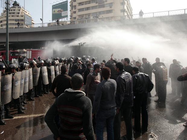 Polícia joga água para dispersar manifestantes nesta sexta-feira - Crédito: Foto: AP