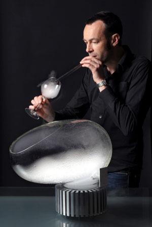 Máquina transforma sobremesas líquidas em vapores que podem ser inalados.  - Crédito: Foto: Bruno Cogez/Divulgação/BBC