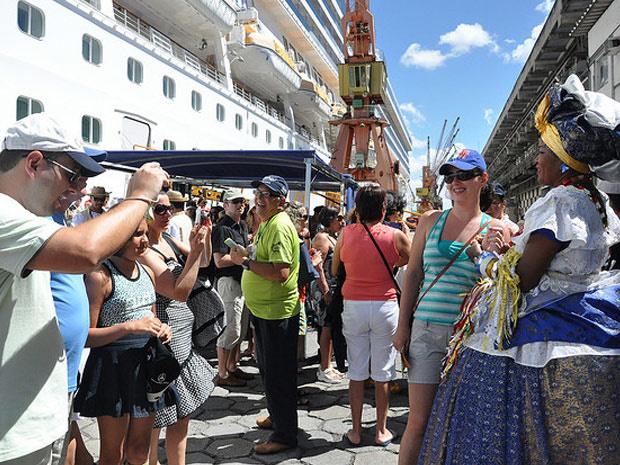 Turistas desembarcam no Porto de Salvador para a folia de carnaval em 2010 - Crédito: Foto: Divulgação/Rita Barreto/ Secretaria de Turismo da Bahia