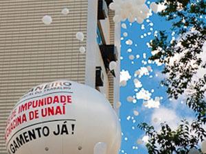 Balões foram soltos durante o protesto.  - Crédito: Foto: Ícaro Moreno/Sinait