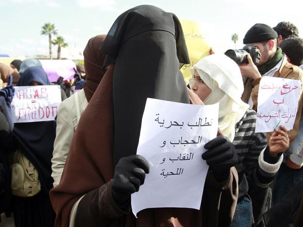 Mulheres tunisianas protestam contra o governo transitório nesta sexta-feira - Crédito: Foto: AP