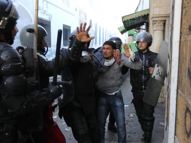 Manifestante que acampava em frente ao escritório do primeiro-ministro tunisiano é detido por policiais. - Crédito: Foto: Reuters