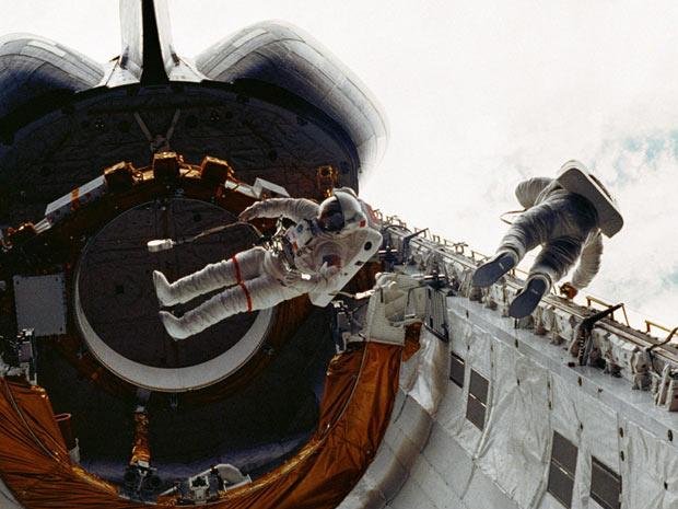 Astronautas da missão STS-6, a primeira da Challenger, caminham no espaço em 1983. - Crédito: Foto: Nasa