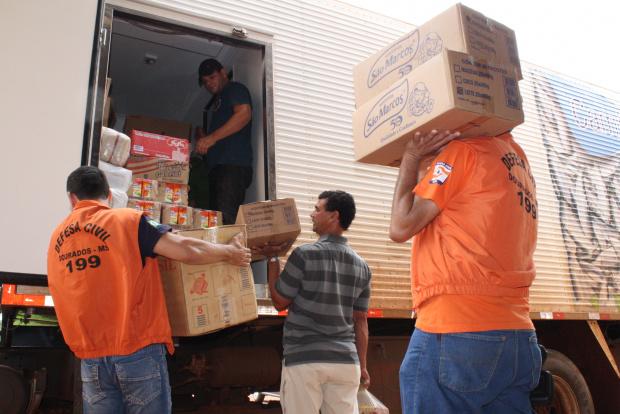 Caminhão carregou os donativos ontem à tarde para levar para a Capital, que irá enviar para o Rio   - Crédito: Foto: Hédio Fazan