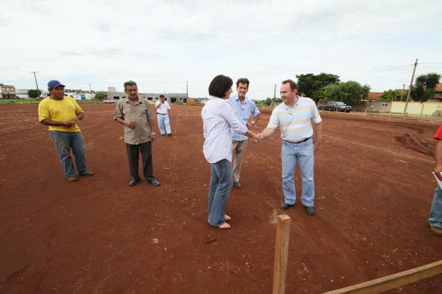 Prefeita no terreno onde está sendo construída a UPA, no dia 3 de dezembro; fotos mostram avanço da obra - Crédito: Foto: A. Frota