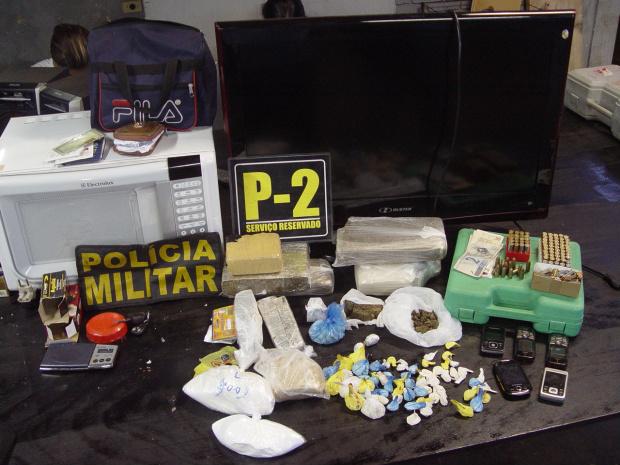 Drogas, dinheiro e objetos apreendidos em ponto de drogas no Jd Novo Horizonte - Crédito: Foto: Sidnei L. Bronka