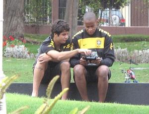 Henrique e Zé Eduardo pensam na melhor maneira de colocar helicóptero de brinquedo no alto  - Crédito: Foto: Marcio Iannaca/Globoesporte.com