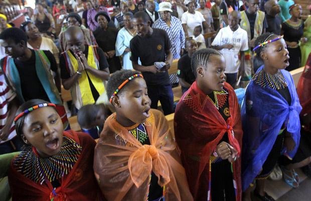 Sul-africanos oram por Mandela neste domingo - Crédito: Foto: AP