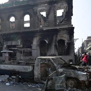 Delegacia e veículo queimados no Cairo - Crédito: Foto: AP