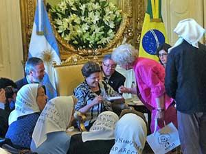 A presidente Dilma Rousseff se reúne com as Mães da Praça de Maio, na Argentina  - Crédito: Foto: Nathalia Passarinho/G1