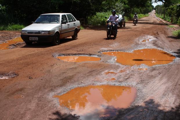 Prefeitura pode dispensar licitação para tapa-buraco - Crédito: Foto: Hédio Fazan