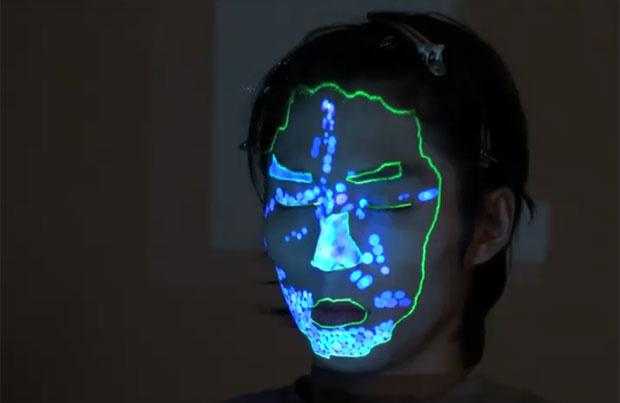 O artista japonês Daito Manabe, criador dos dentes iluminados, agora experimenta técnicas de projeção facial. Primeiro, o artista mapeia determinados pontos do rosto como boca, nariz e sobrancelhas. Na sequência, a projeção começa a interagir com estes el - Crédito: Foto: Reprodução