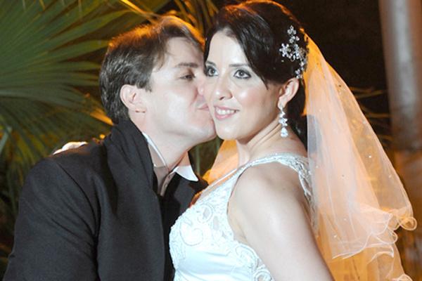 Os noivos em momento de romance -