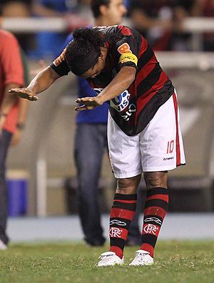 Ronaldinho, com a tarja, reverencia torcida do Fla  - Crédito: Foto: Alexandre Cassiano/O Globo