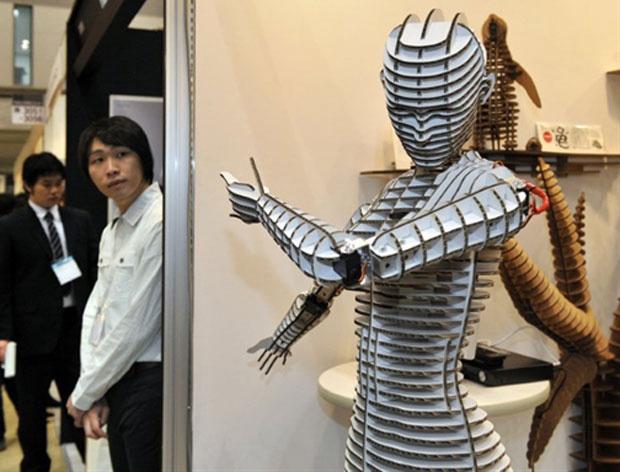 Uma feira internacional no Japão serviu de vitrine para a apresentação de um robô-manequim feito de papelão. A máquina pode mover braços e cabeça e ainda reage na presença de humanos - Crédito: Foto: Yoshikazu Tsuno/AFP