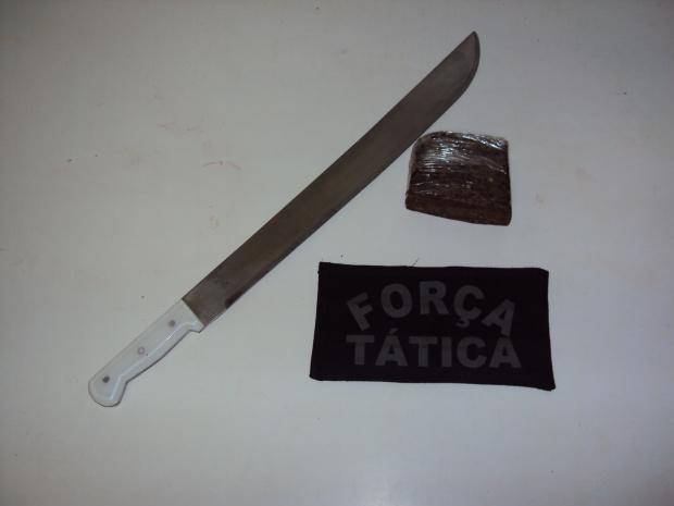 Droga e facão apreendidos pela Força Tática da PM - Crédito: Foto: Fátima News