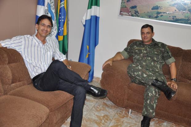 O prefeito Dirceu Lanzarini recebeu o novo comandante do 17° RC - Crédito: Foto : Felipe Schinaider