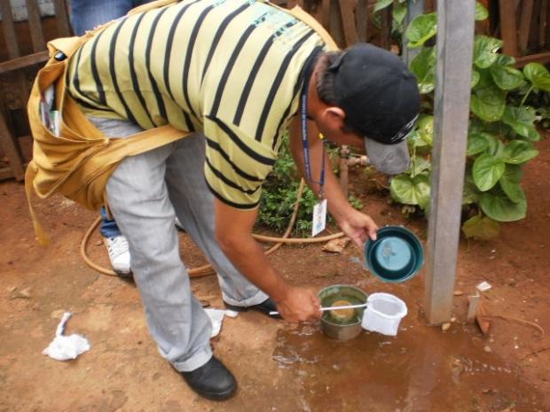 Agente de controle de endemias realiza tratamento com larvicida - Crédito: Foto: Divulgação