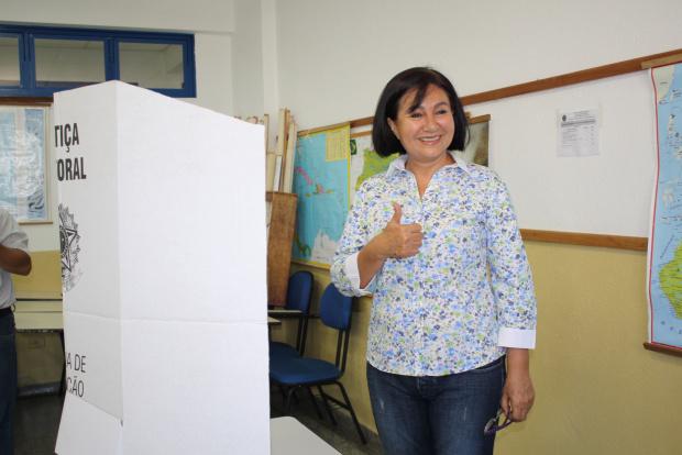Prefeita interina Délia Razuk votou em eleição no domingo - Crédito: Foto: A. Frota