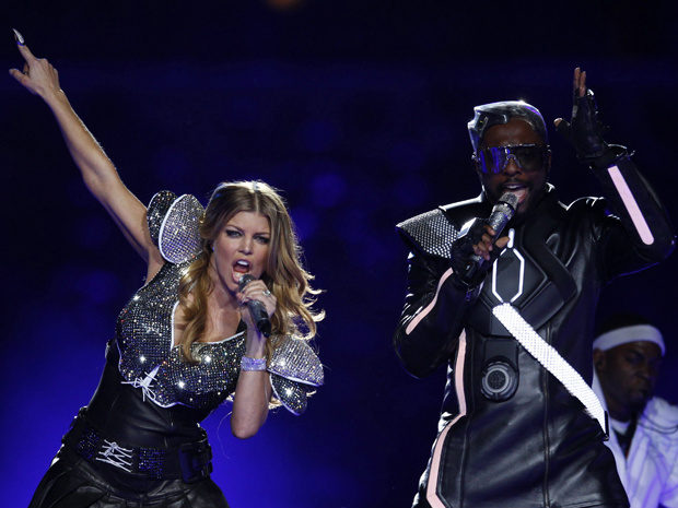 Os vocalistas will.i.am e Fergie, do Black Eyed Peas, se apresentam no Super Bowl - Crédito: Foto: Reuters