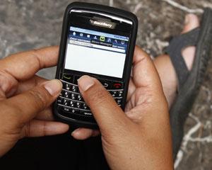 Usuário mexe em smartphone BlackBerry  - Crédito: Foto: Enny Nuraheni/Reuters