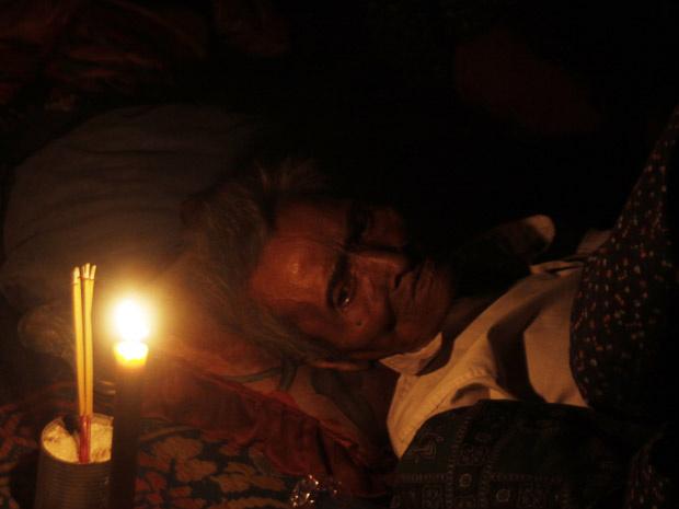 Refugiado cambojano descansa em tenda em Tnol Toteng nesta segunda-feira - Crédito: Foto: AP