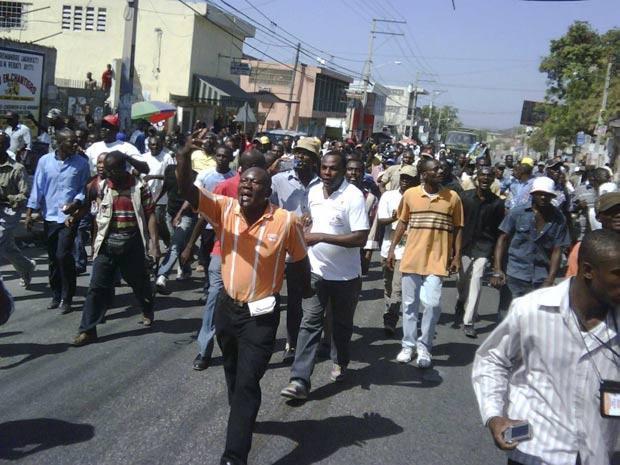 Cerca de 200 haitianos participaram de manifestação pelas ruas de Porto Príncipe, nesta segunda - Crédito: Foto: St-Felix Evens / Reuters