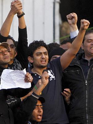 O egípcio Wael Ghonin, executivo do Google, junta-se à multidão anti-Mubarak nesta terça-feira - Crédito: Foto: AP