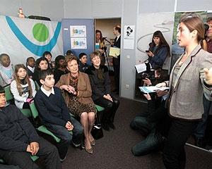 Comissária da UE Neelie Kroes reúne professores e alunos em Bruxelas para falar sobre web segura.  - Crédito: Foto: AFP
