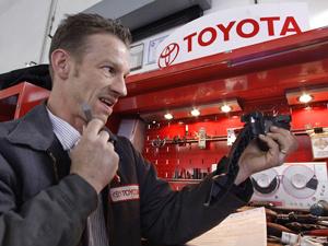 Chefe do serviço técnico da Toyota, Mike Blomberg, inspeciona um acelerador - Crédito: Foto: AP