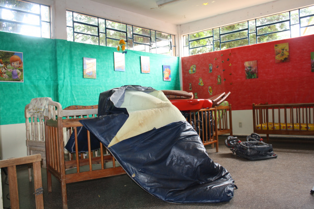 Faltam berços e colchões adequados para crianças dormirem no chão - Crédito: Foto: Hédio Fazan /PROFRESSO