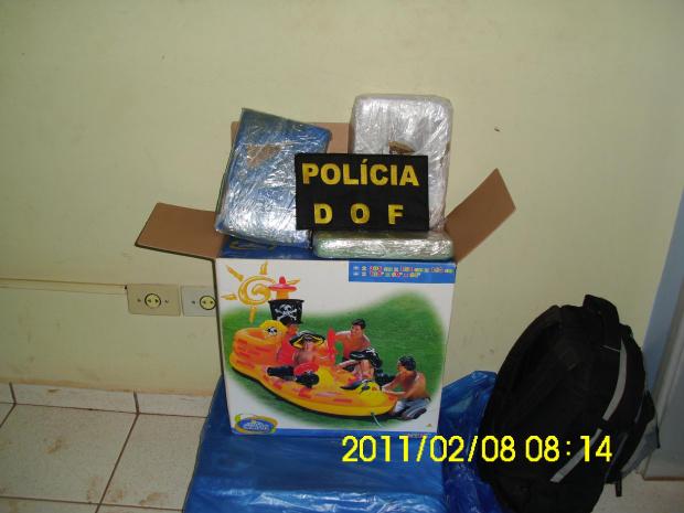 Droga foi encontrada  entre duas piscinas de plástico - Crédito: Foto: Divulgação