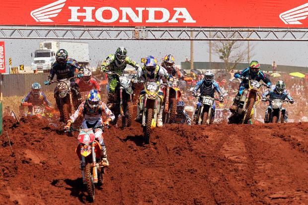 Largada da categoria MX2 do GP Brasil de Motocross - Crédito: Crédito: Luiz Pires/VIPCOMM