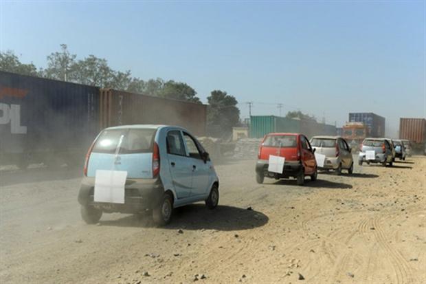 Tata Nano sendo transportado para diferentes países da Índia - Crédito: Foto: AFP