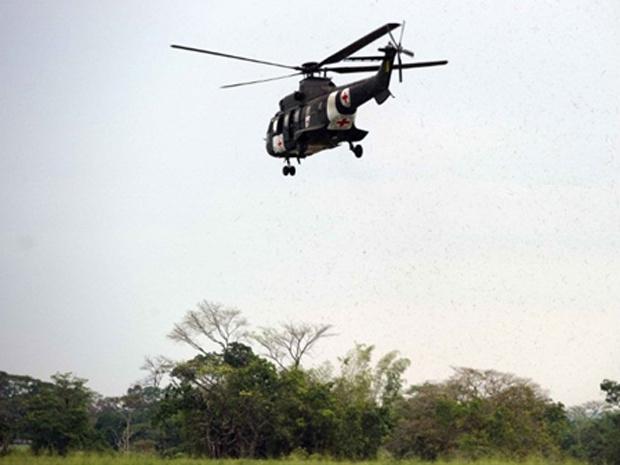 Helicóptero militar brasileiro, com os símbolos da Cruz Vermelha Internacional, parte para a missão de resgate nesta quarta-feira - Crédito: Foto: AFP