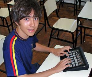 Samuel Silva, de 15 anos, começou a testar o uso do iPad em aula em colégio de Belo Horizonte.  - Crédito: Foto: Arquivo CBM/Divulgação