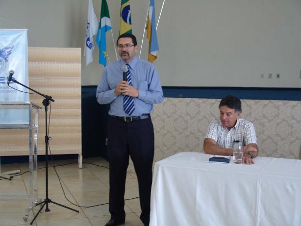 Abrão fala aos empresários de farmácia, em debate na Aced - Crédito: Fotos: Simone Capilé