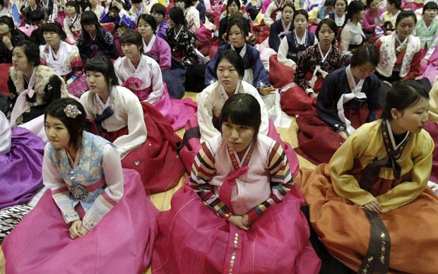 Estudantes vestem o \'hanbok\' na cerimônia de formatura do ensino médio em Seul - Crédito: Foto: AP