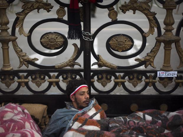 Manifestante acampado em frente ao prédio do Parlamento do Egito, no Cairo, nesta quinta-feira - Crédito: Foto: AP