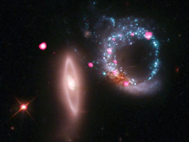 Os telescópios espaciais Chandra e Hubble fotografaram uma região a 440 milhões de anos-luz de distância, mostrando duas galáxias em formato de anéis. A imagem é obtida pela montagem de dados colhidos em luz visível - Crédito: Foto: Nasa