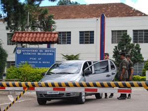 Soldados revistam carro na saída do quartel do Boqueirão - Crédito: Foto: Vinícius Sgarbe