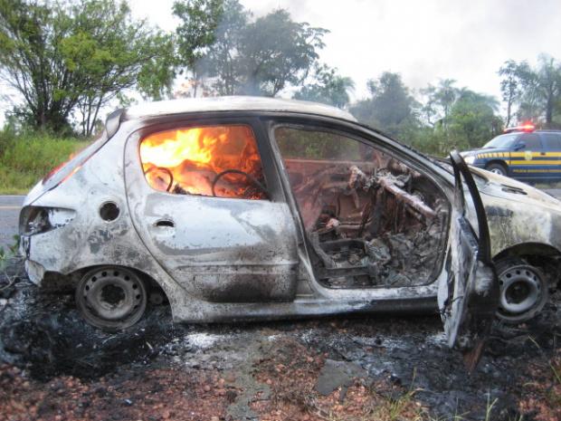 PF acredita que o veículo incendiado estava com drogas - Crédito: Foto: Divulgação