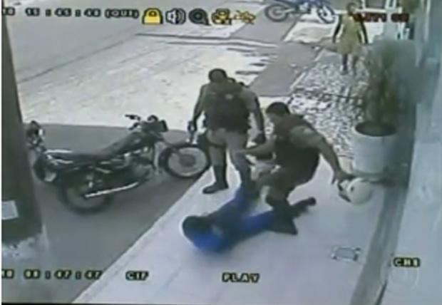 'Eles já desceram batendo', diz jovem agredido por policiais na Bahia -