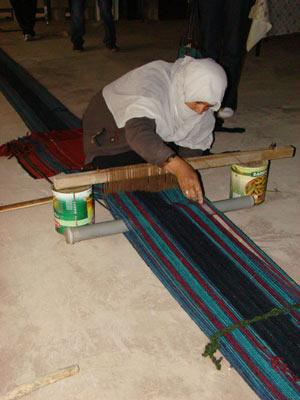 Faiza Abu Muhareb tece tapete em tear feito de lata - Crédito: Foto: Raphaela Moura/Globonews
