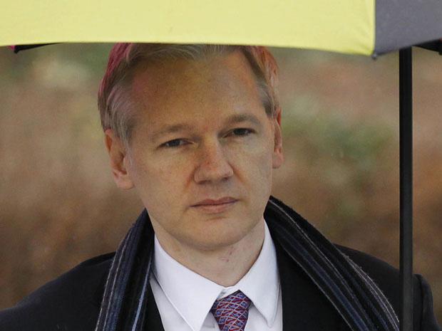 O fundador do WikiLeaks, Julian Assange, chega ao tribunal nesta sexta-feira - Crédito: Foto: AFP