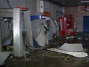 Caixas eletrônicos explodidos na rodoviária do Recife no dia 1º de janeiro deste ano.  - Crédito: Foto: Reprodução/TV Globo