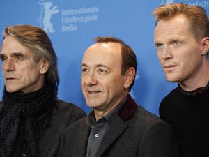 Os atores Jeremy Irons, Kevin Spacey e Paul Bettany no lançamento de \'Margin call\' em Berlim. - Crédito: Foto: AP