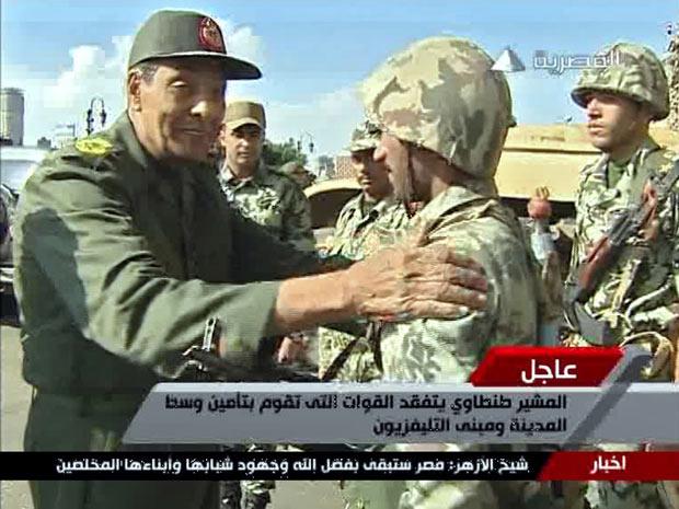 Em imagem de vídeo, do dia 30 de janeiro, o chefe militar Mohammed Hussein Tantawi cumprimenta soldado nas ruas do Cairo - Crédito: Foto: Reuters